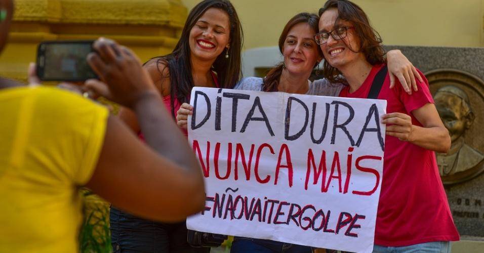 16.abr.2016 - Manifestantes ligados a movimentos sociais realizam um protesto pela democracia e contra o processo de impeachment da presidente Dilma na praça Afonso Pena, em frente à antiga Câmara de Vereadores, em São José dos Campos (SP)