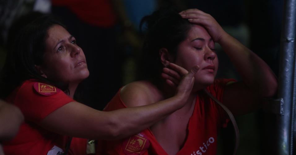 17.abr.2016 - Manifestante é consolada após resultado da votação da Câmara dos Deputados que aprovou a abertura do processo de impeachment da presidente Dilma Rousseff, no Vale do Anhangabaú, em São Paulo