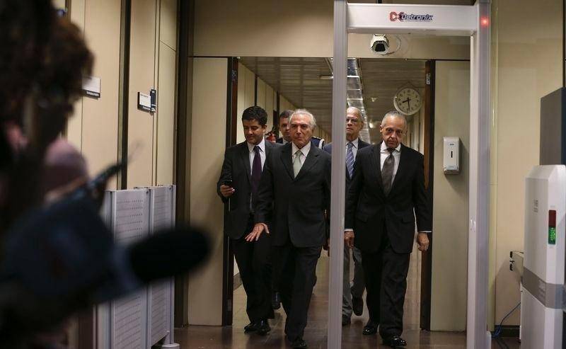 25.abr.2016 - O vice-presidente Michel Temer (PMDB-SP) recebe políticos em Brasília (DF). Desde a abertura do processo de impeachment de Dilma Rousseff pela Câmara dos Deputados, o peemedebista vem negociando quadros de seu possível mandato