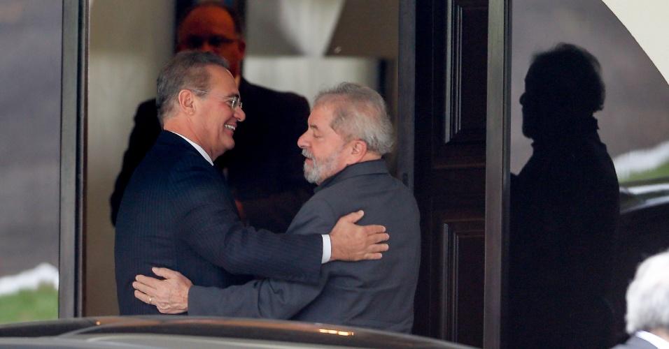 26.abr.2016 - O ex-presidente Luiz Inácio Lula da Silva se encontra com o presidente do Senado, Renan Calheiros (PMDB-AL), na residência oficial do Senado