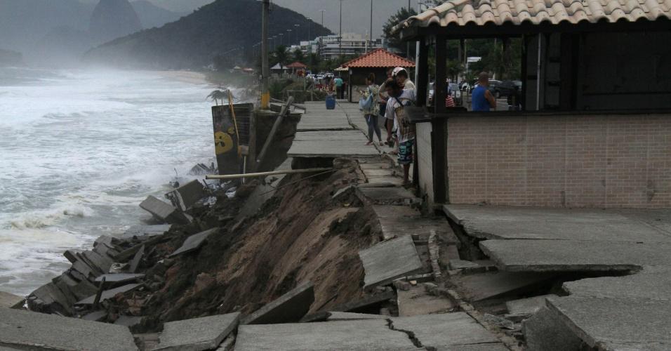 29.abr.2016 - Ressaca do mar destrói calçadão na praia de Piratininga, em Niterói (RJ)