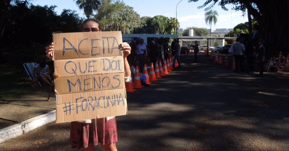 5.mai.2016 - Mulher segura cartaz em frente à residência oficial do presidente da Câmara dos Deputados, Eduardo Cunha (PMDB-RJ), afastado do cargo pelo STF em liminar do ministro Teori Zavaski