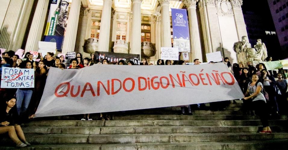 27.mai.2016 - Mulheres erguem faixa durante ato Por Todas Elas que acontece em frente à Alerj (Assembleia Legislativa do Rio de Janeiro), no centro do Rio de Janeiro. O protesto é motivado pelo recente caso de estupro coletivo de uma adolescente no Rio de Janeiro