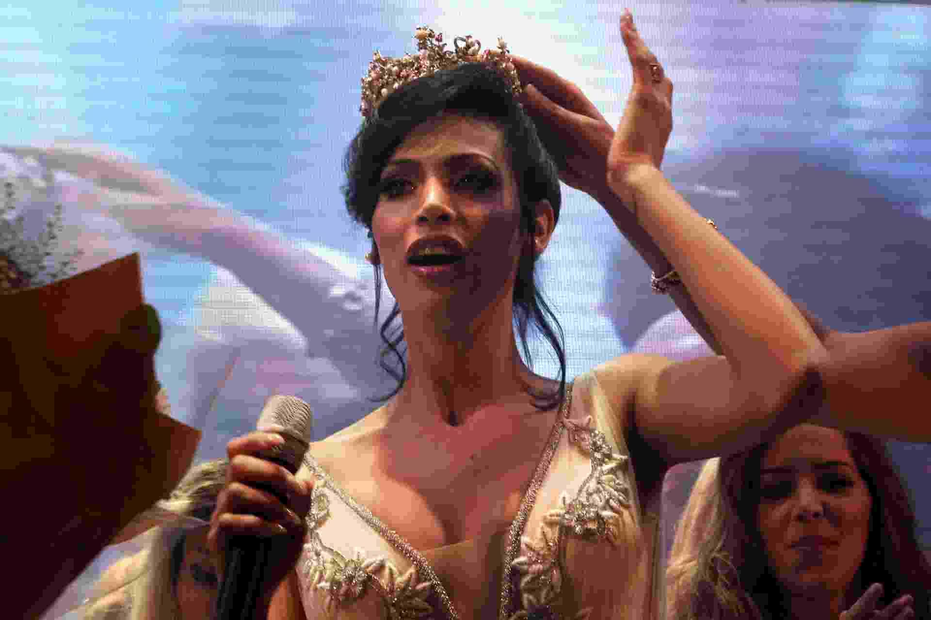27.mai.2016 - Talleen Abu Hanna recebe a coroa de Miss Trans Israel, em Tel Aviv - Menahem Kahana/ AFP