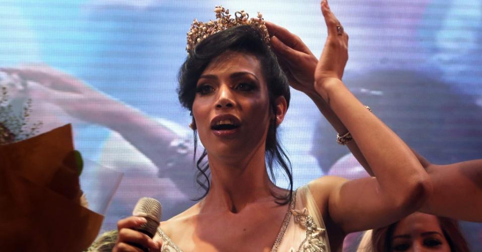 27.mai.2016 - Talleen Abu Hanna recebe a coroa de Miss Trans Israel, em Tel Aviv