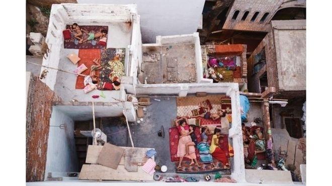 """1º.jul.2016 - O segundo lugar na categoria Pessoas foi para Yasmin Mund pela imagem """"Sonhos no Terraço"""", feita em Varanasi, no norte da Índia. Ali, famílias dormem ao ar livre por conta do calor"""