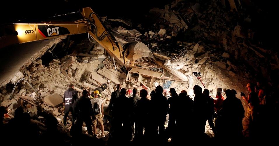 24.ago.2016 - Resgatistas trabalham noite adentro no resgate de vítimas do terremoto em Pescara del Tronto, na Itália