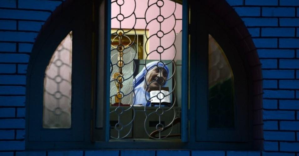 4.set.2016 - Retrato de Madre Teresa de Calcutá, canonizada no Vaticano, é vista na igreja The Our Lady Queen Church, em Siliguri, na Índia