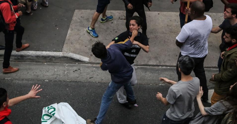11.set.2016 - Manifestantes do ato contra o presidente Michel Temer e militantes a favor de uma intervenção militar trocam agressões na avenida Paulista, em São Paulo