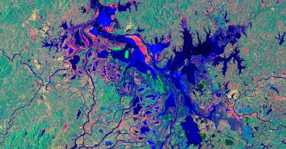 19.set.2016 - O lago Poyang, um dos maiores de água doce da China, localizado na província de Jiangxi, é fotografado pelo radar do satélite Copernicus Sentinel-1. Os cientistas pesquisam a diminuição do nível da água, identificada na última década. O lago é destino de grous vindos da Sibéria e lar do Boto-do-Índico, espécie ameaçada de extinção. Nas margens do Poyang está uma das mais importantes regiões de produção de arroz da China