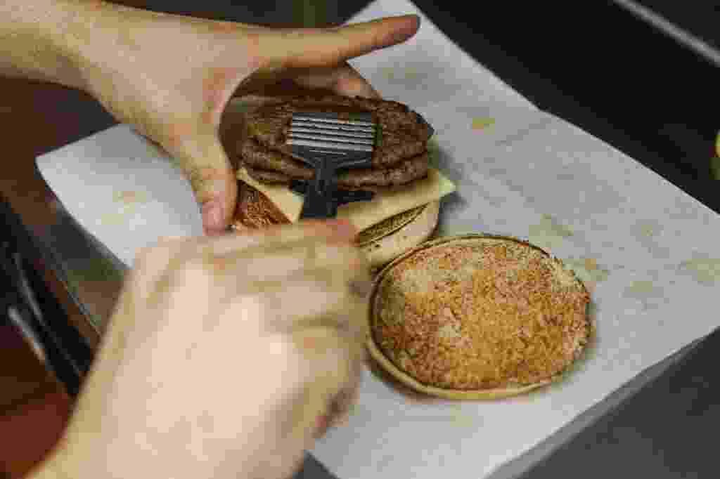 26.set.2016 - O UOL visitou os bastidores de um restaurante do McDonald´s em São Paulo para ver como são feitos os hambúrgueres. Clique nas imagens acima para ver - Lucas Lima/UOL