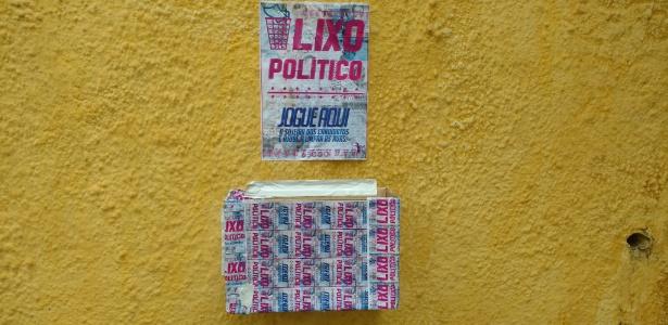 Caixa colocada na calçada da avenida Higienópolis, em São Paulo, pede que eleitores recolham santinhos espalhados