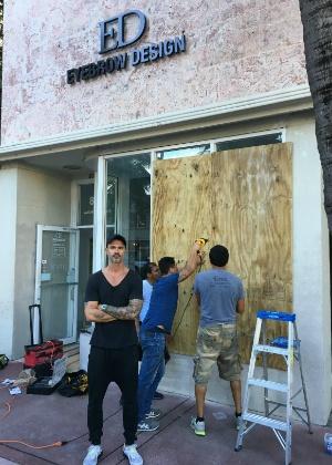 Empresário Renato Mendonça protege sua loja com tapumes temendo efeitos do furação