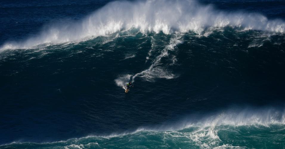 24.out.2016 - Surfista desce uma onda na Praia do Norte (North Beach), perto de Nazaré, em Portugal