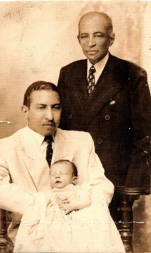 FILHO DE POLÍTICO - Arthur Virgílio Neto nasceu em 15 de novembro de 1945, sendo o primeiro dos três filhos de Isabel Vitória e Artur Virgílio Filho. Seu contato com a política se deu já na infância: o pai foi deputado estadual no Amazonas entre 1947 e 1959. Em 1959, passou a ser deputado federal, o que obrigou o jovem Virgílio Neto a se mudar para o Rio de Janeiro. O pai do prefeito reeleito de Manaus ainda foi senador de 1963 a 69, até ser cassado. O avô do tucano, que aparece na foto em pé, também foi político