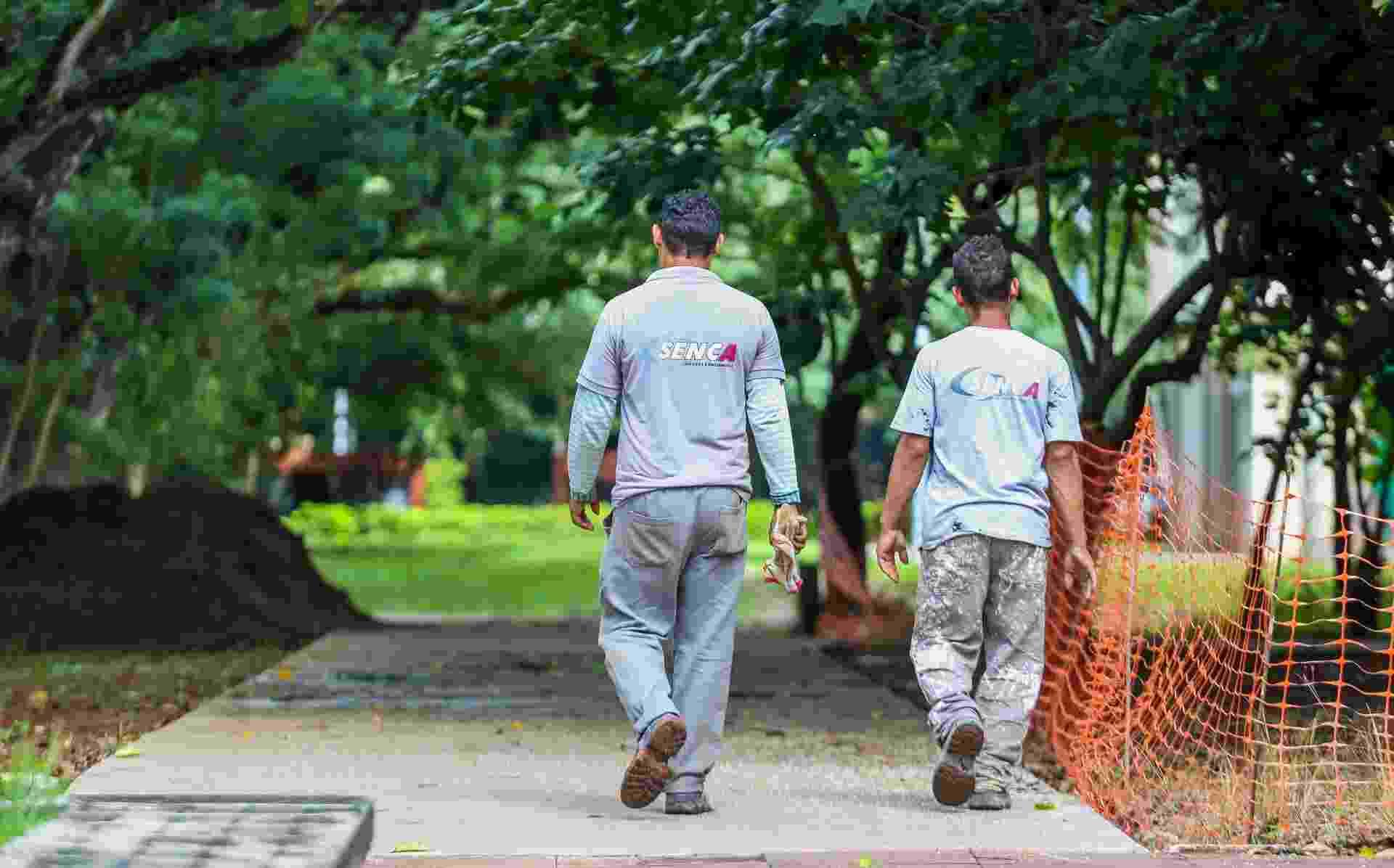 Funcionários da Senca Serviços e Engenharia Ltda, responsável pelas obras da reforma, circulam em área próxima ao prédio da reitoria - Edson Lopes Jr/UOL
