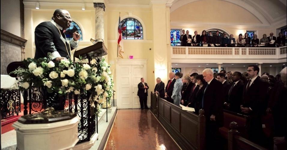 20.jan.2017 - Donald Trump (primeira fileira, de gravata vermelha), Melania Trump e o vice-presidente dos EUA, Mike Pence (de cabelos grisalhos) na cerimônia religiosa na igreja St. John's, no dia da posse do novo presidente norte-americano