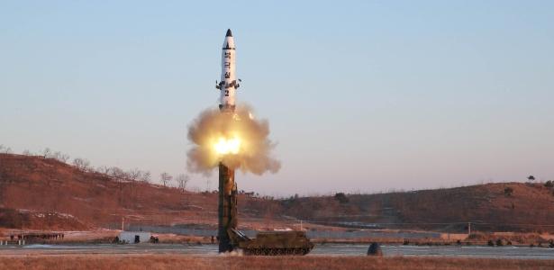 Imagem divulgada pela Agência Norte-Coreana de Notícias de míssil sendo disparado na Coreia do Norte