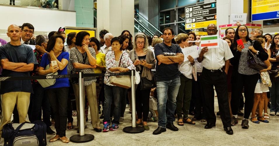 13.mar.2017 - O refugiado sírio Adnan Alkhaled aguarda a chegada de sua família ao país no aeroporto de Cumbica