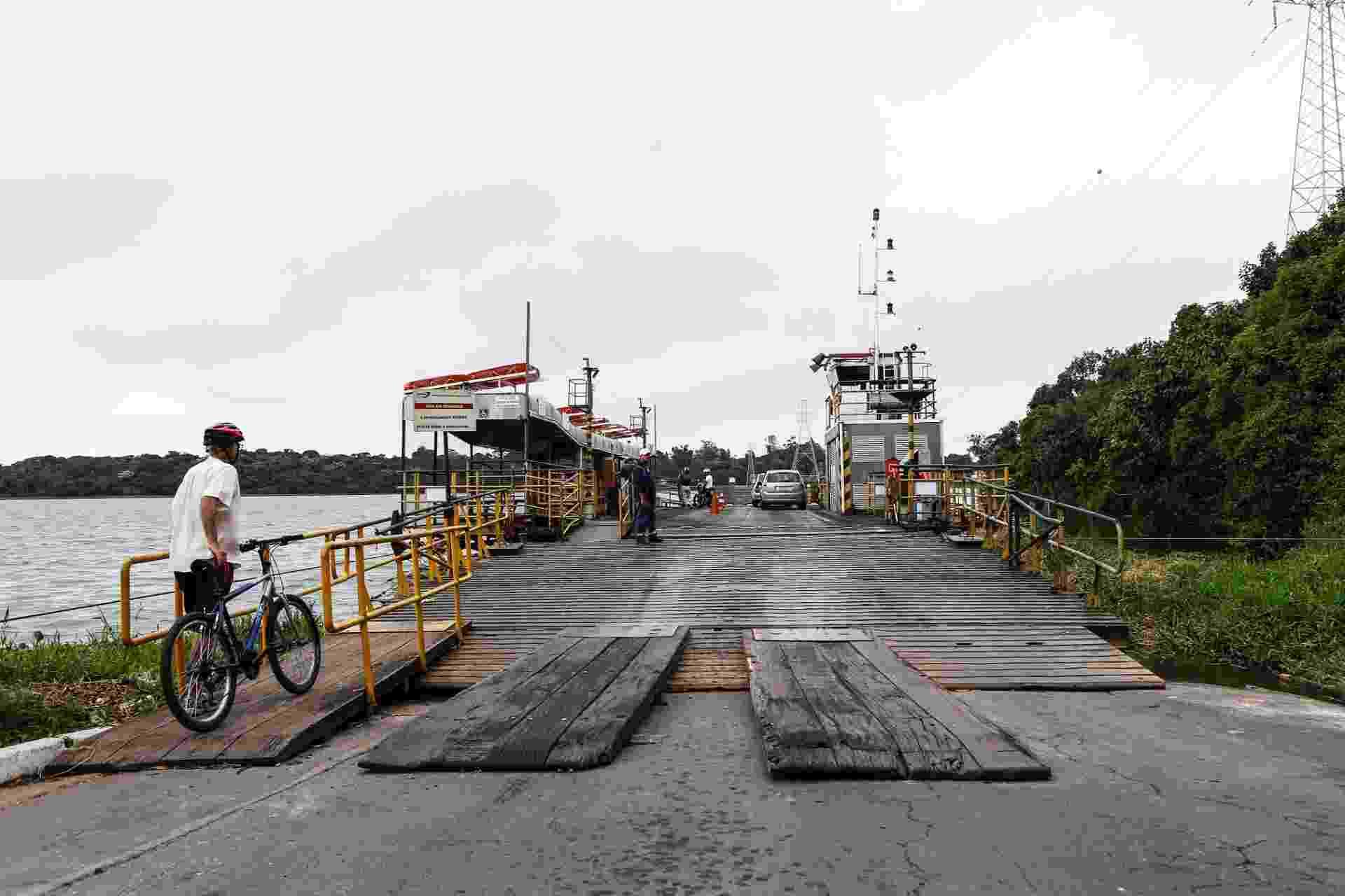 17.mar.2017 - A Ilha do Bororé é um bairro localizado no extremo sul de São Paulo, a cerca de 30 km do centro da cidade, e fica dentro da APA (Área de Proteção Ambiental) Bororé-Colônia. O caminho mais fácil para acessá-lo é pelo bairro Grajaú, de onde sai uma balsa, que é gratuita. A embarcação atravessa um curto trecho da represa Billings, e é comum pegar fila, especialmente aos finais de semana de calor - Lucas Lima/UOL