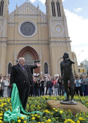 Prefeito Rafael Greca (PMN) apresenta estátua do Cacique Tindiquera, agora instalada no Centro de Curitiba