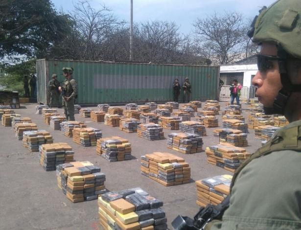 Soldados vigiam pacotes de cocaína apreendidos em Barranquilla, na Colômbia