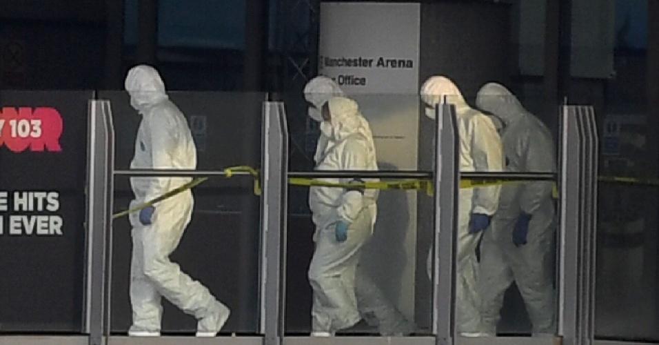 23.mai.2017 - Agentes forenses passam por passarela que liga a estação Victoria e a Manchester Arena, onde houve atentado, em Manchester