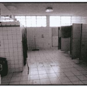 Banheiros do presídio têm privacidade garantida através de cortinas - Reprodução/MNPCT