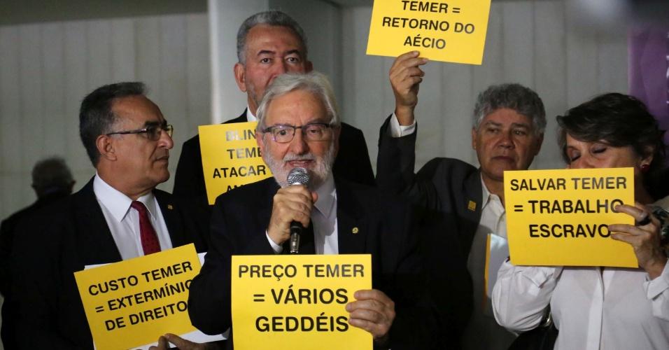 25.out.2017 - Deputado Ivan Valente antes da votação da segunda denúncia contra o presidente da República, Michel Temer na Câmara dos Deputados, em Brasília (DF)