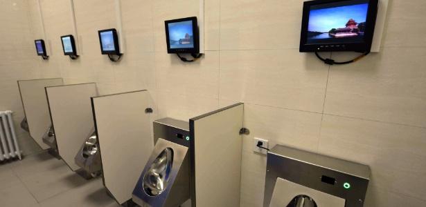 Um dos primeiros banheiros públicos equipado com Wi-fi e telas - AFP Photo