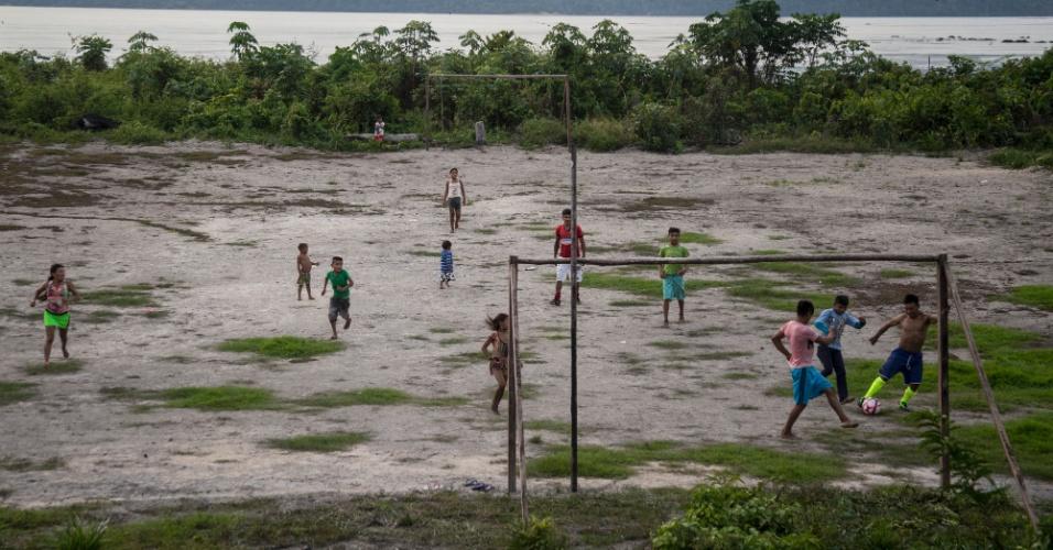 Futebol às margens do rio Tapajós, no Pará