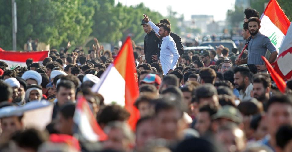 14.abr.2018 - Manifestantes protestam em Basra, no Iraque, contra os ataques aéreos sofridos pela Síria e realizados pelos EUA, França e Reino Unido na madrugada de sábado (no horário local sírio)