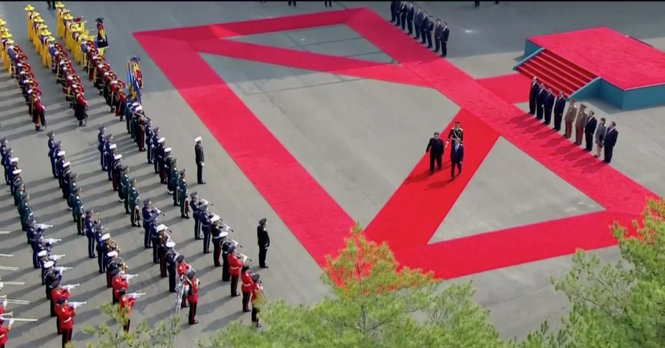 27.abril.2018 - Moon Jae-in e Kim Jong-un na cerimônia de início da Cúpula das Coreias - primeira vez em que líder da Coreia do Norte vai à Coreia do Sul em 65 anos