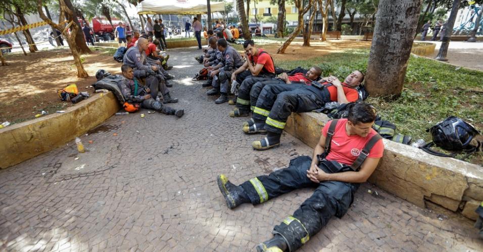 1º.mai.2018 - Equipes mobilizadas no trabalho de resgate descansam após horas seguidas de trabalho nos escombros do prédio que pegou fogo e desabou no centro de SP