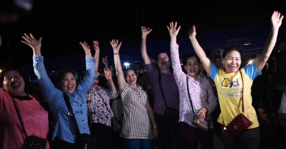 10.jul.2018 - Voluntários comemoram o fim do resgate dos garotos presos em caverna na Tailândia. Na maior parte do país, a celebração ocorreu de forma discreta