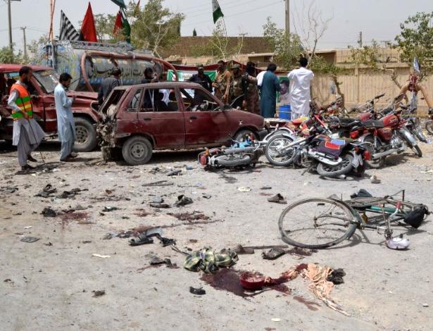 25.jul.18 - Forças de segurança inspecionam área após explosão em Quetta, Paquistão - Xinhua/Stringer