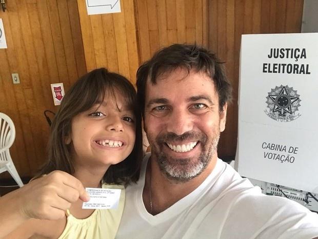 28.out.2018 - O ator Marcelo Faria levou a filha Felipa para votar