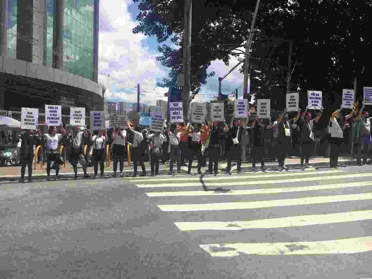 Grupo levou cartazes de apoio aos candidatos do Enem 2018 no campus da Uninove na Barra Funda, zona oeste de São Paulo, neste domingo (11) - Guilherme Mazieiro/UOL