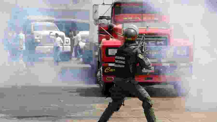 21.fev.2019 - Membros da Assembleia Nacional Venezuelana e apoiadores de Juan Guaidó enfrentam forças de segurança nos arredores de Mariara, na Venezuela - ANDRES MARTINEZ CASARES/Reuters