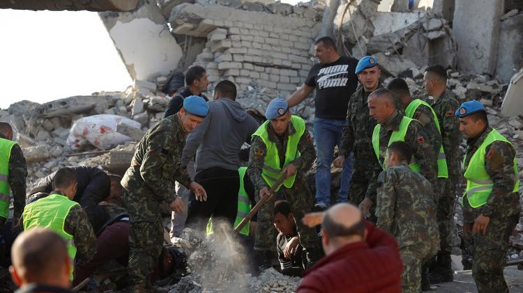 Militares buscam sobreviventes após prédio desabar em Thumane, após um terremoto atingir várias cidades da Albânia - Florion Goga/Reuters