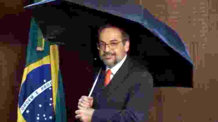 """Weintraub com guarda-chuva em vídeo em que reclamou de uma suposta """"chuva de fake news"""" - Reprodução/Twitter"""