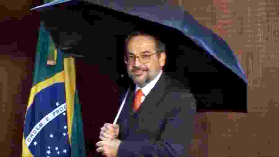 """30.mai.2019 - O ministro da Educação, Abraham Weintraub, com um guarda-chuva em um vídeo em que reclamou de uma suposta """"chuva de fake news"""" - Reprodução/Twitter"""