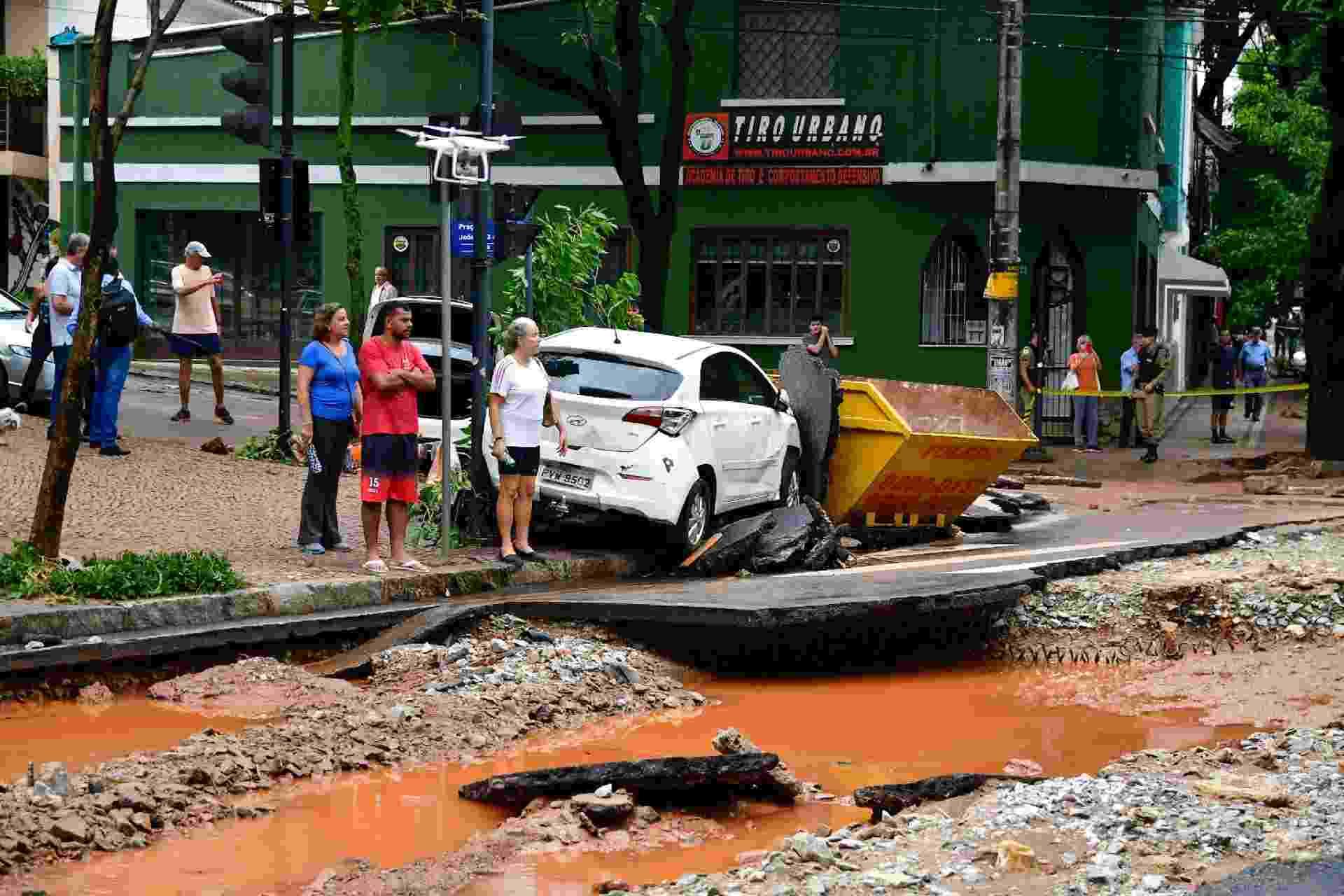 29.jan.2020 - Carros danificados, ruas esburacadas e cobertas de lama após chuva causar alagamento na região do bairro Lourdes, na cidade de Belo Horizonte. Diversos veículos foram arrastados na enchente - RAMON RICARDO/FUTURA PRESS/FUTURA PRESS/ESTADÃO CONTEÚDO