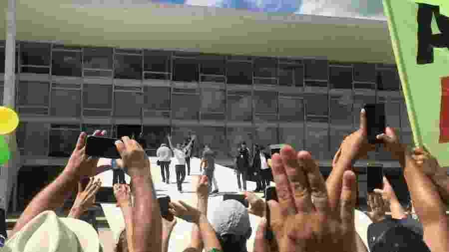 15.mar.2020 - Aos gritos de mito, Bolsonaro sobe a rampa do Palácio do Planalto após ter contato com apoiadores em ato a seu favor em Brasília - Felipe Pereira/UOL