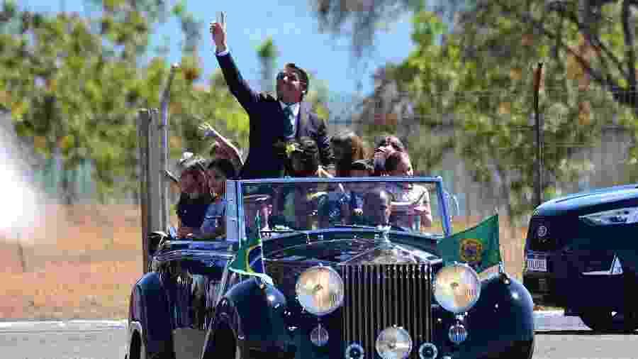 07.set.2020 - Presidente Jair Bolsonaro em desfile no rolls royce com crianças sem máscaras - Cláudio Reis/FramePhoto/Estadão Conteúdo