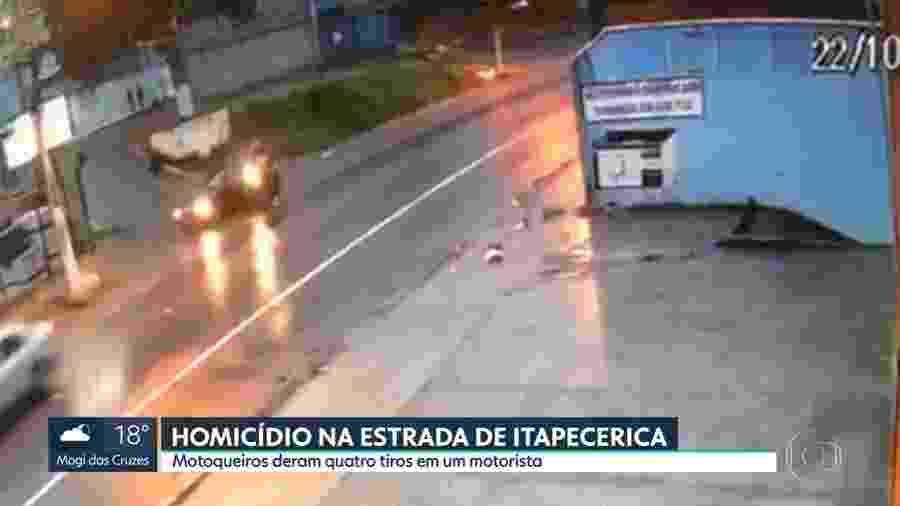 Câmeras de segurança da região registraram o momento em que um motociclista com um garupa se aproximam do veículo da vítima e atiram - Reprodução/TV Globo