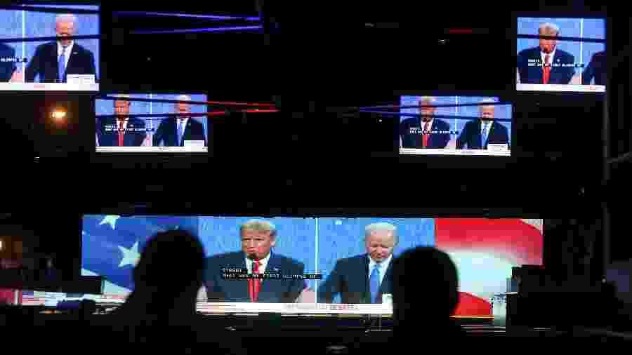 Pessoas acompanham a debate entre Trump e Biden na Califórnia - Mario Tama/ Getty Images/ AFP