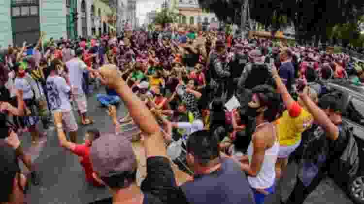 Lojistas e trabalhadores do centro de Manaus (AM) fazem protesto contra determinação do governo do estado em manter os estabelecimentos fechados até 10 de janeiro - Sandro Pereira/Fotoarena/Agência O Globo - Sandro Pereira/Fotoarena/Agência O Globo
