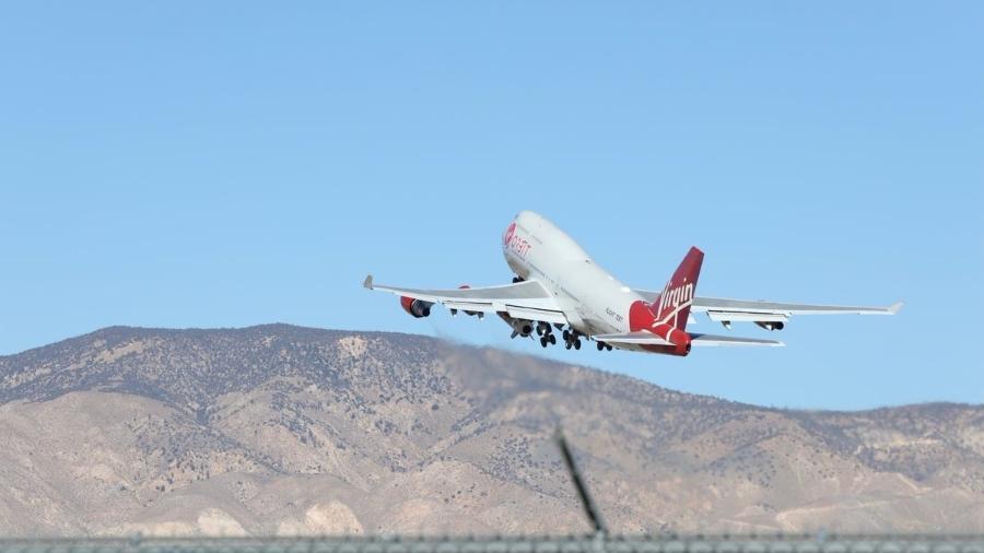 Cosmic Girl, o Boeing 747 da Virgin Orbit, levando o foguete LauncherOne para o espaço - Divulgação/Virgin Orbit