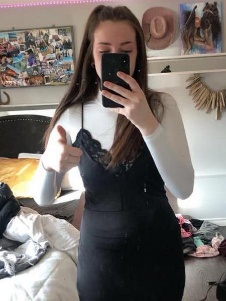 Karis, de 17 anos, foi retirada da sala de aula pois sua roupa foi considerada inadequada - Reprodução/Facebook